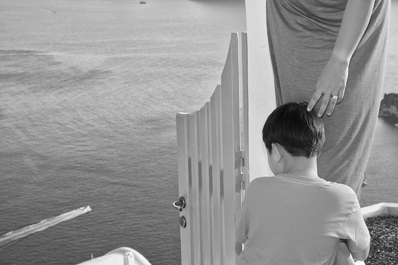 Little kid is looking the sea