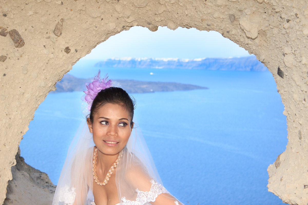 Honeymoon photoshoot in Santorini