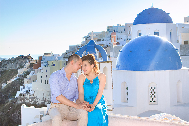 Romantic photo session with casual clothes in Oia
