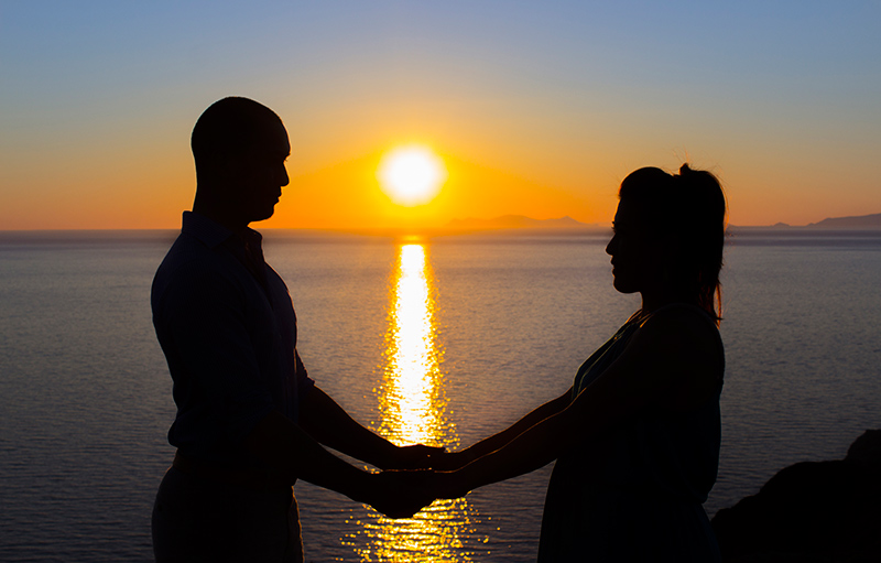 couple outline sunset at seaside