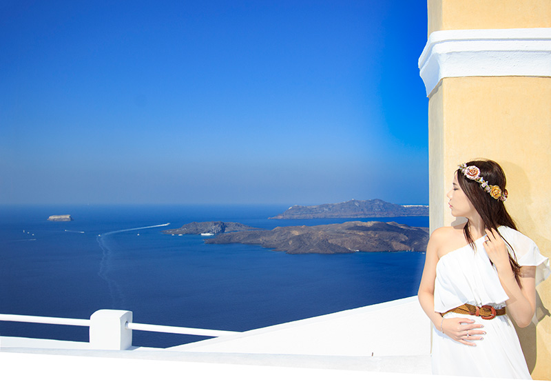 outdorr portaiture of Chinese Malaysian bride in white dress in Santorini