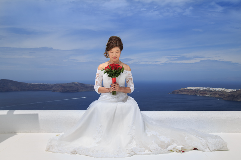 Hong Kong Chinese Bride holding a bouquet in Santorini.
