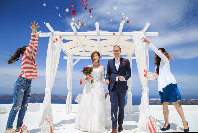 petals throwing wedding ceremony