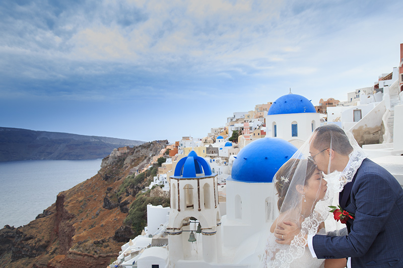 A blue domed church wedding captured by photographer oia
