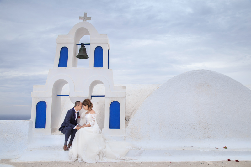 romantic photography shoot in Oia