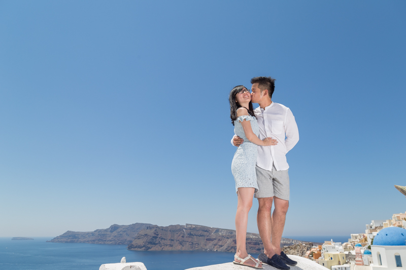 couple kiss top white building seaview