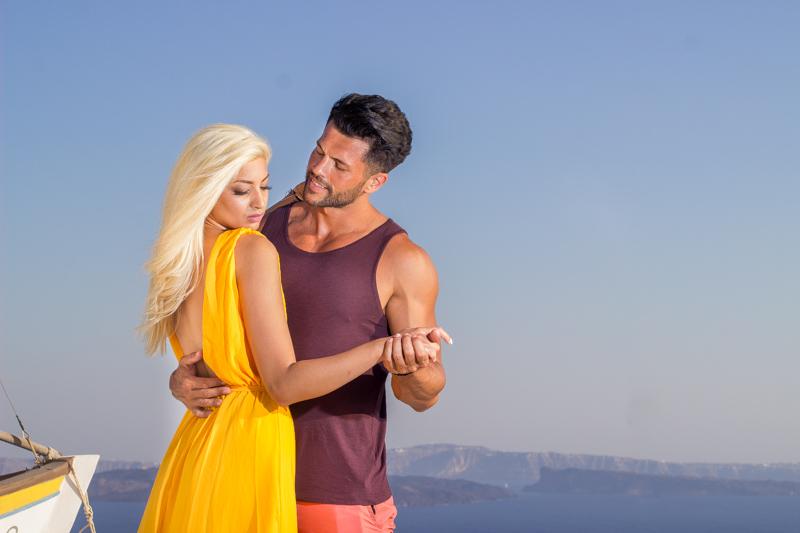 couple photoshoot in Santorini